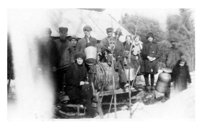 Cabane à sucre chez Germaine, Edmond, Jacques et Madeleine (1930)