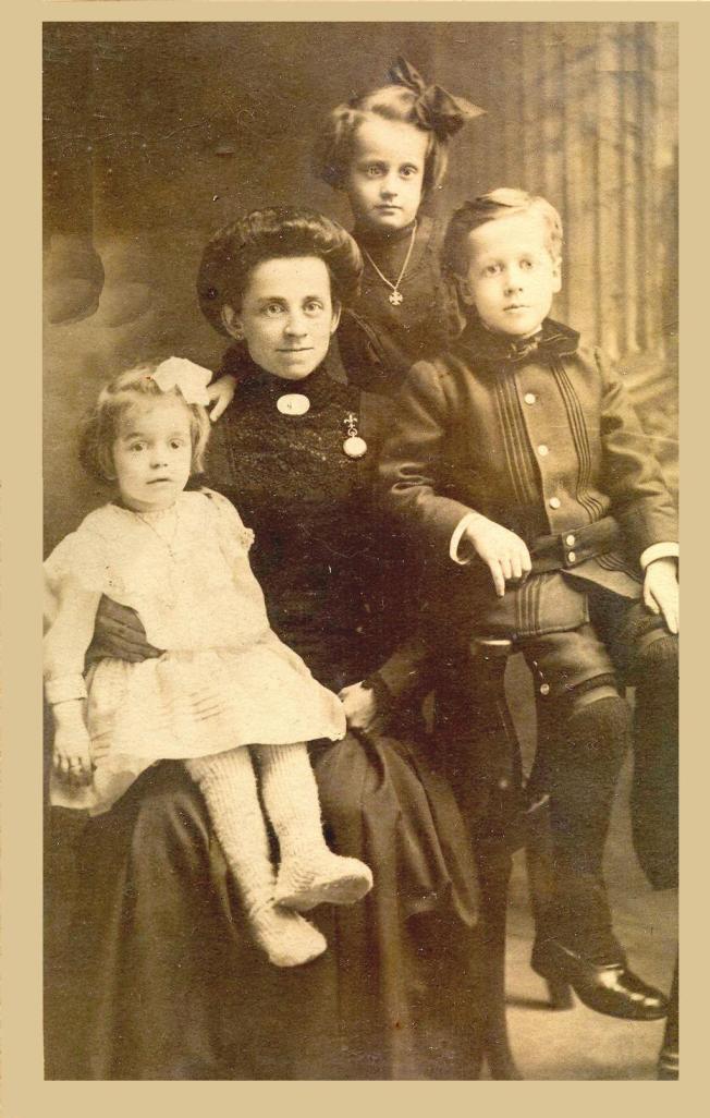 Malvina Lapointe, la mère de Lucien. Lucien et ses deux petites soeurs qui sont mortes en bas âge.