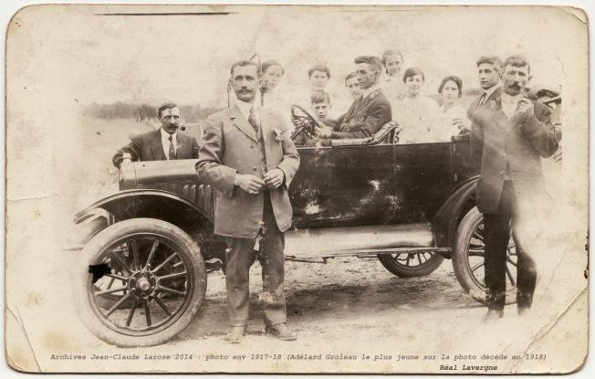 photo-de-groupe-avec-automobile-vers-1918